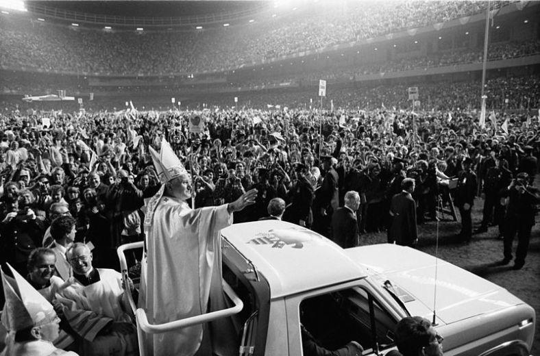 800px-Pope_John_Paul_II_(1979)